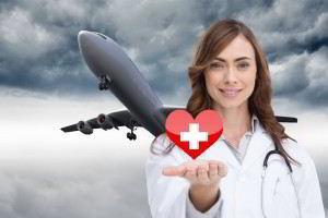 doctora sosteniendo con su mano icono de corazón al fondo un avión despegando