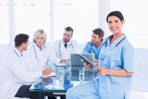 Doctora sostiene documento atrás compañeros en una conversación