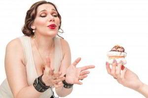 Mujer con sobrepeso con la tentación de un pastelito