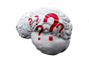 Ilustración de un cerebro blanco con signos de interrogación rojos