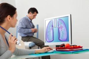 Doctora revisando imagen de pulmón atrás un paciente