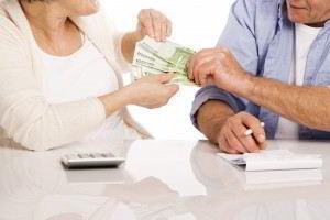 Pareja de adultos mayores con dinero en las manos