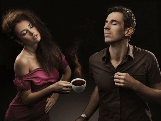Una pareja disfrutando de una taza de café