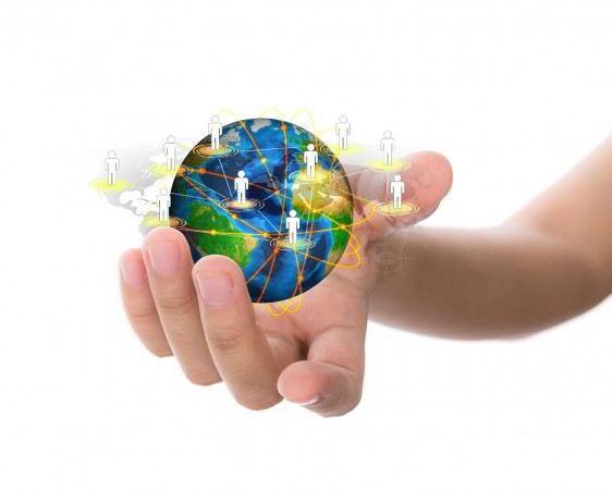 Acercamiento a una mano que sostiene un mundo rodeado de iconos de personas