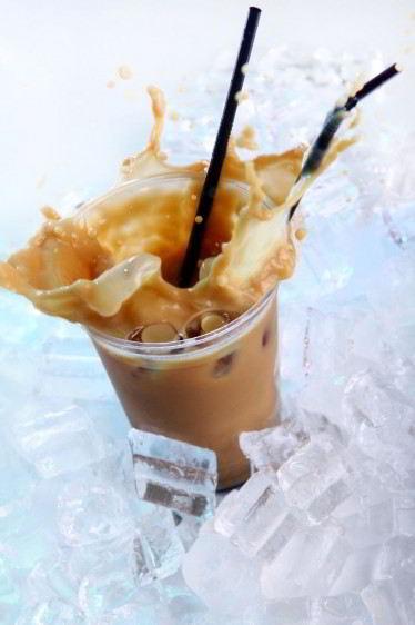 café frío con hielo y salpicaduras