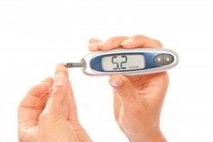 paciente de diabetes sangre nivel glucosa usando glucómetro de medición