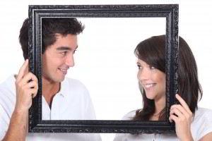 Pareja de adolescentes sonriendose en un marco
