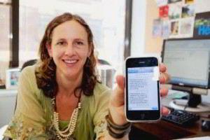 Lorien Abroms mostrando en un teléfono la aplicación usada en la investigación