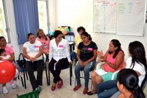 Grupo de mujeres sentadas en circulo