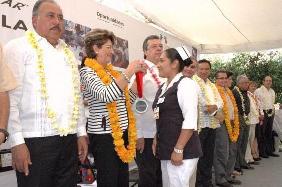 Mercedes Juan pone una medalla a una enfermera