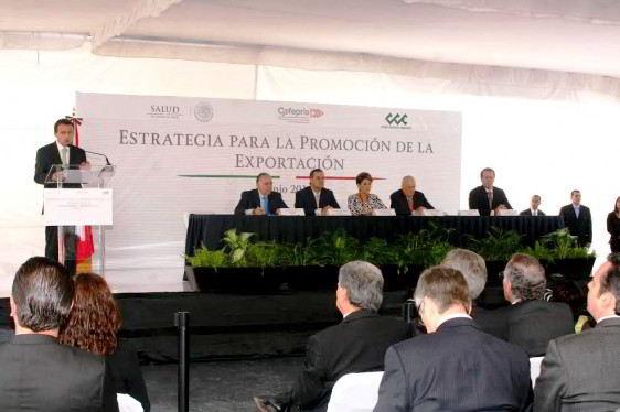"""Foro con personas sentadas atras letrero """"estrategia para la promoción de la exportación"""""""