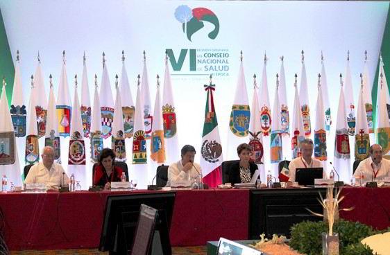 Personas sentadas en una mesa atrás las banderas de los estados de méxico