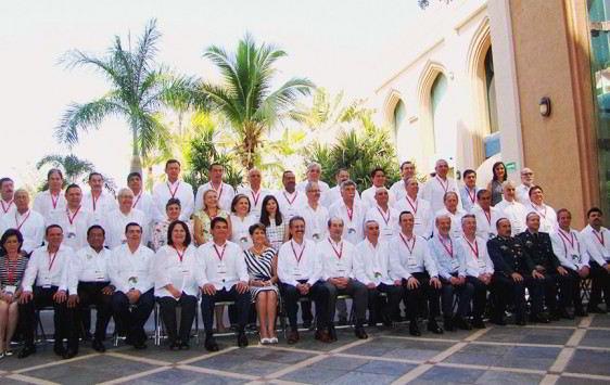 Grupo de personas con camisa blanca sentadas