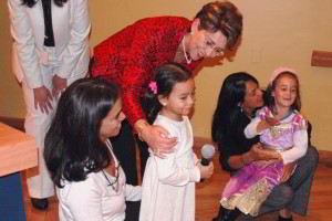 Mercedes Juan con niñas