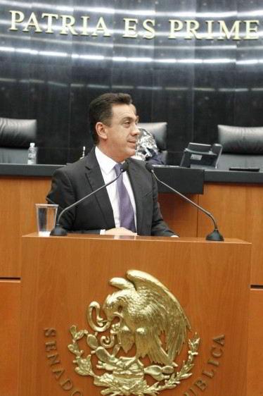 senador Omar Fayad Meneses en podium