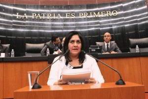 Diva Hadamira Gastélum Bajo en un podium
