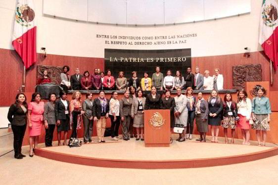 Grupo de parlamentarias en el podium del Senado de la República de Mexico