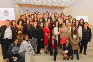 Grupo de mujeres representantes de 36 países sentadas en una escalera