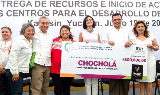 Grupo de funcionarios sosteniendo cartel que simula ser un cheque