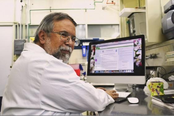 Gilberto Castañeda Hernández enfrente de una computadora en un laboratorio