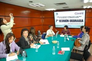 Mujeres sentadas representantes del programa Un Kilo de Ayuda con diputadas del Comité del Centro de Estudios para el Adelanto de las Mujeres y la Equidad de Género (CEAMEG)