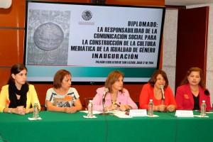 Mujeres sentadas en una mesa de trabajo en el diplomado