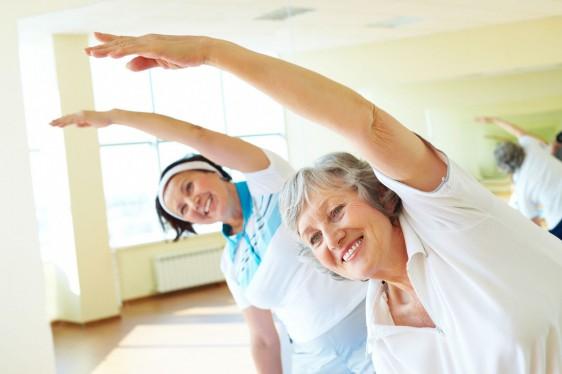 Mujeres adultas mayores haciendo ejercicio