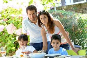 familia feliz comiendo en jardín