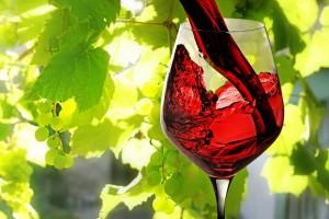 Sirviendo vino tinto en una copa