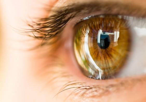 Acercamiento al ojo de una mujer
