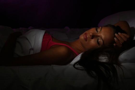 Mujer durmiendo en la oscuridad