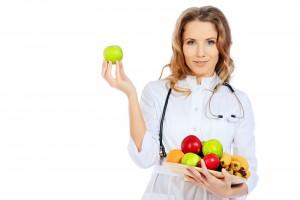 doctora sosteniendo fruta