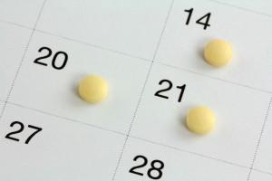 Calendario con pastillas en las fechas 14, 20 y 21