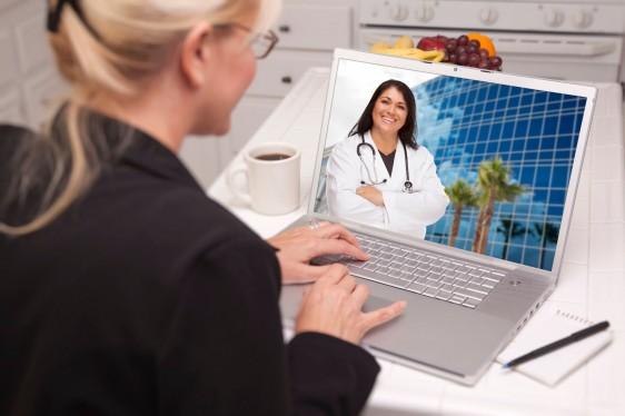 Paciente haciendo videoconferencia con doctora