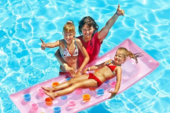 Familia nadando en piscina