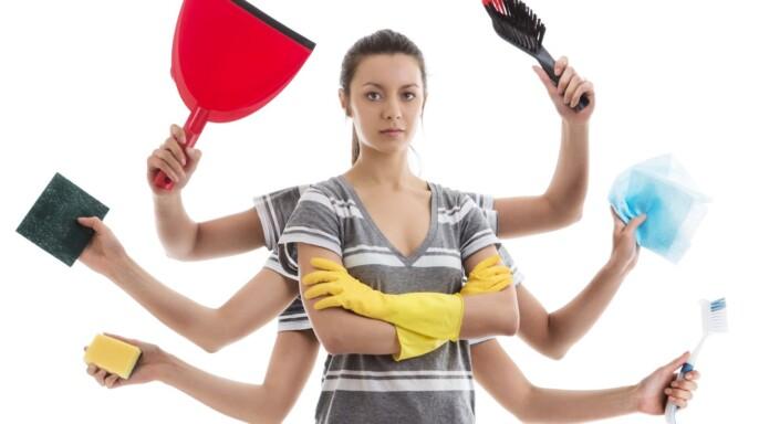 Mujer con ocho brazos y utensilios de limpieza del hogar