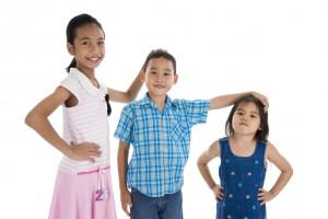 Niños de diferentes edades y estaturas