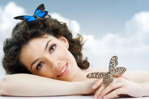 Mujer con mariposas al fondo un cielo azul