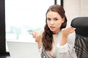 mujer infeliz con dinero en efectivo