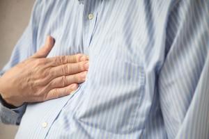 Acercamiento al pecho de un hombre se toca por dolor ardor de estómago