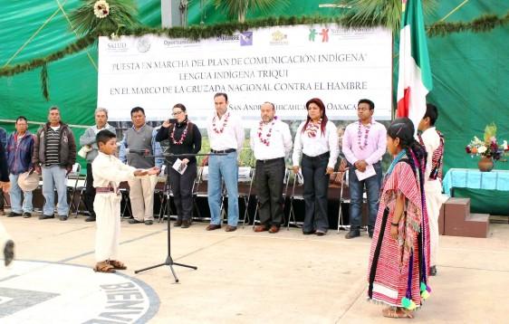 Comunidad reunidad con letrero Plan de Comunicación  Indígena en la comunidad de San Andrés Chicahuaxtla, Oaxaca