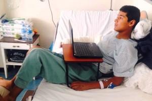 Francisco Núñez García reposando en el hospital con una computadora enfrente