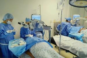 Cirujanos trabajando en pacientes