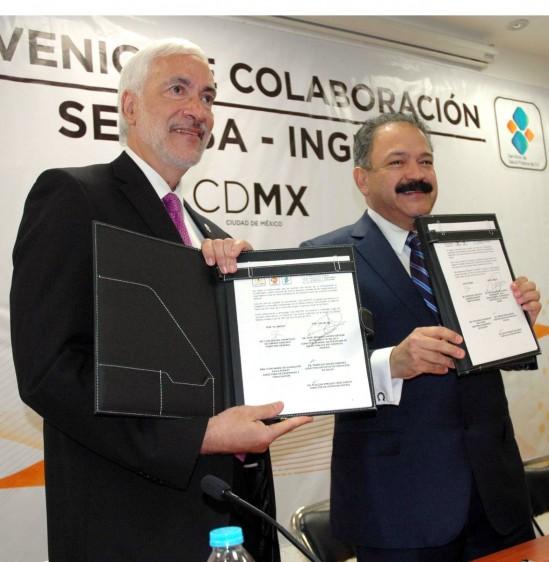 Luis Miguel Gutiérrez y Armando Ahued Ahued sosteniendo en las manos el documento convenio de colaboración para implementar un   modelo integral de atención médica para la población de la tercera edad en el Distrito Federal