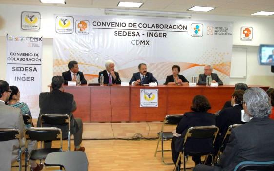 Grupo de personas sentadas en una mesa dando discurso