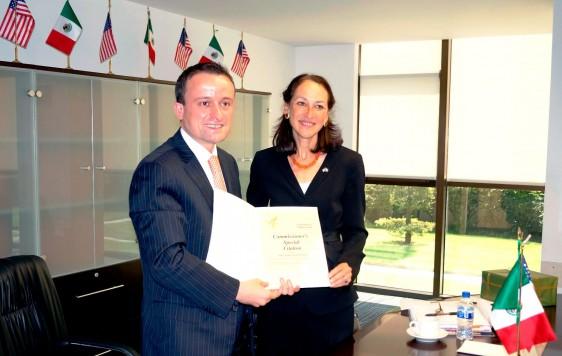 Mikel Arriola y Margaret Hamburg sosteniendo un documento