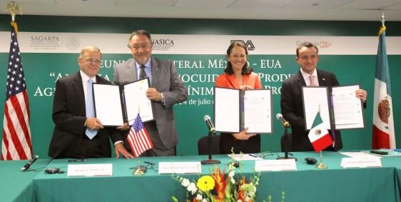 ;ichel R. Taylor, Enrique Sánchez Cruz, Mikel Arriola y Margaret Hamburg mostrando documento