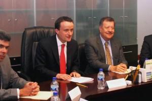 Mikel Arriola Peñalosa, y Antonio Cárdenas Arroyo sentados en mesa