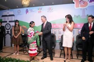 Ricardo Bucio Mújica saludando a niña en un foro
