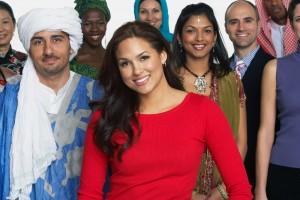 Grupo de personas multiétnico en vestimenta tradicional